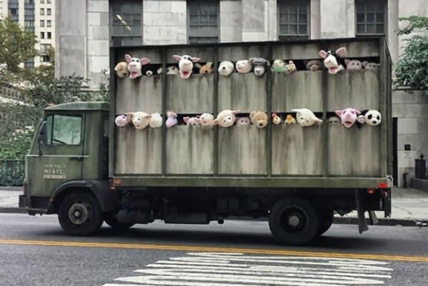 Banksy trimite un camion plin cu animale impaiate de la abator pe strazile din New York