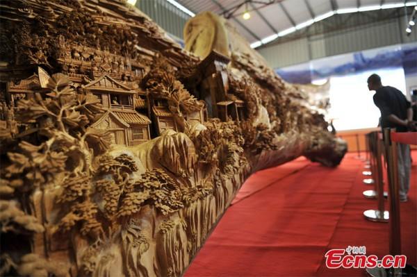 Zheng Chunhui a petrecut 4 ani prelucrand ce mai lunga sculptura de lemn din lume