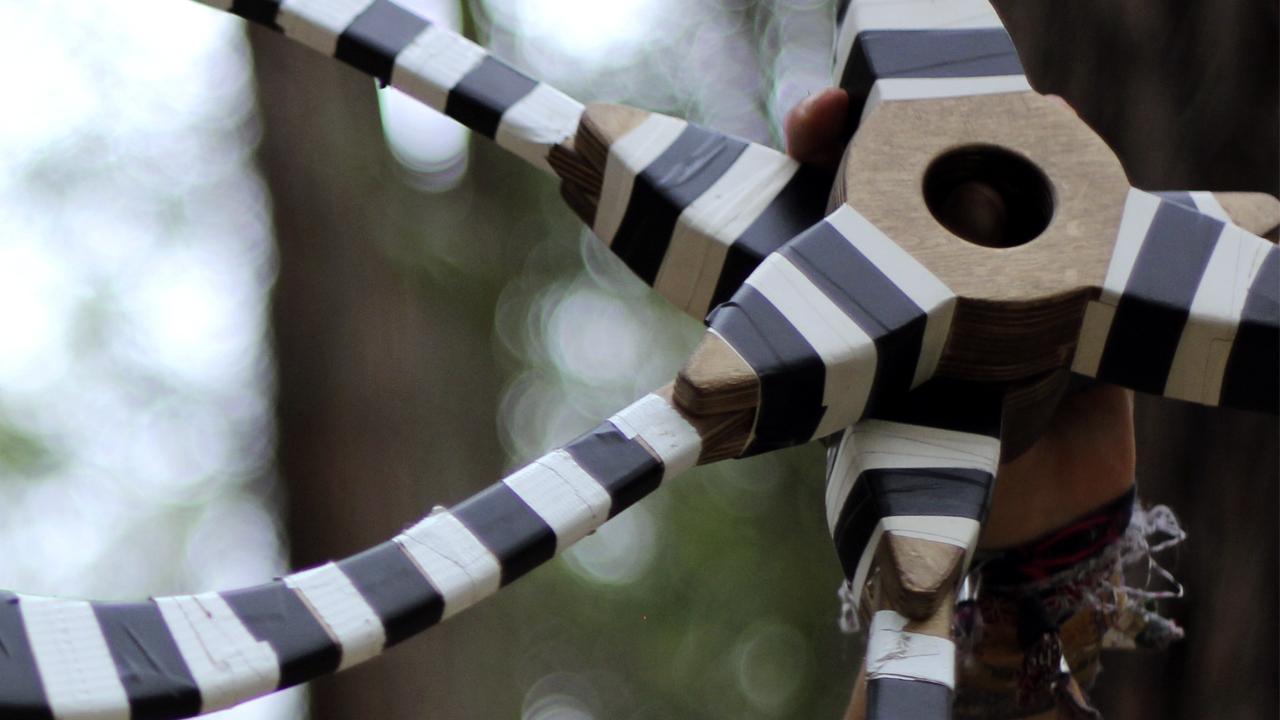 Un artist creează o iluzie caleidoscopică cu ajutorului unui buugeng