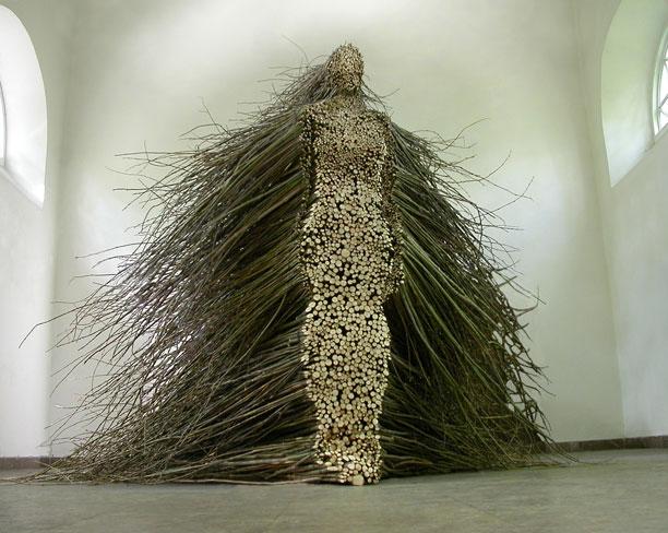 O sculptură masivă din lemn reciclat se construiește la Cluj pentru 18+ festival